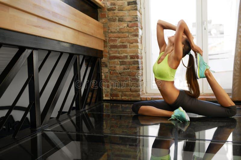 Allenamento di forma fisica Esercizi di pratica di yoga della donna che allungano a casa fotografia stock
