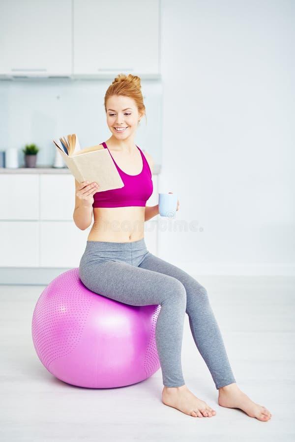 Allenamento di forma fisica nella mattina a casa immagine stock