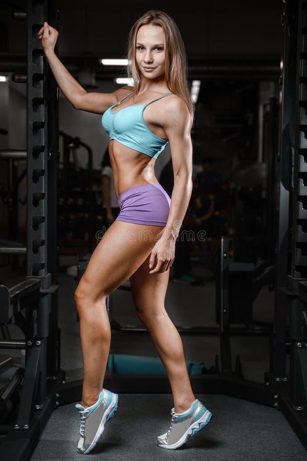 Allenamento di posa della giovane donna atletica e d'esercitazione di modello di forma fisica fotografie stock libere da diritti