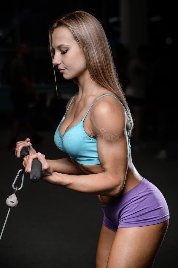 Allenamento di posa della giovane donna atletica e d'esercitazione di modello di forma fisica fotografia stock libera da diritti