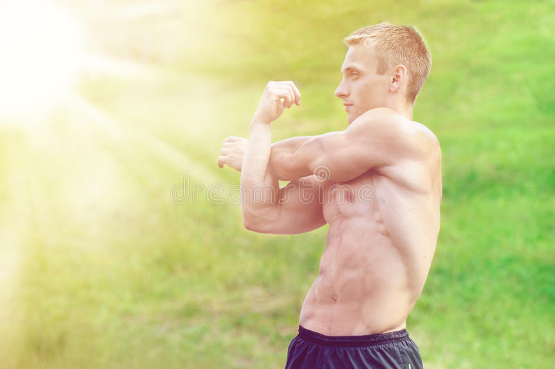 Allenamento muscolare della via di pratica dell'uomo in una palestra all'aperto immagine stock