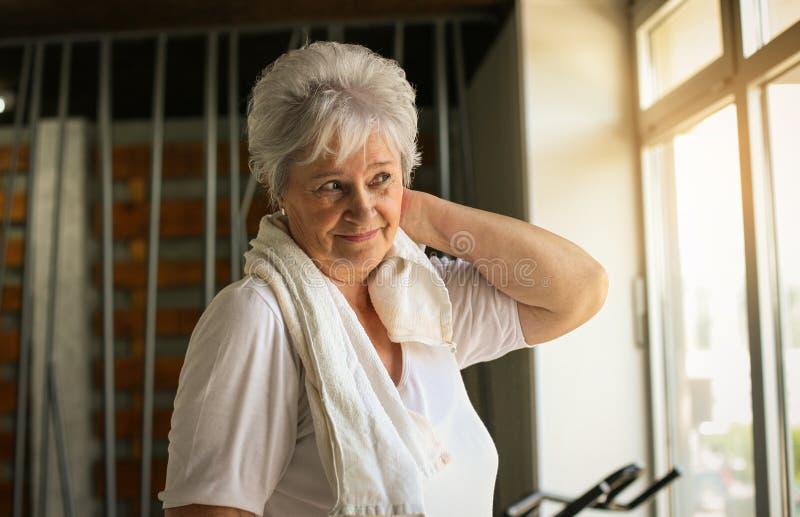 Allenamento senior della donna in palestra fotografia stock libera da diritti