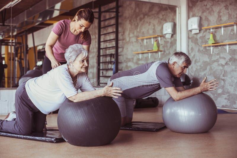 Allenamento senior della gente nel centro di riabilitazione immagine stock