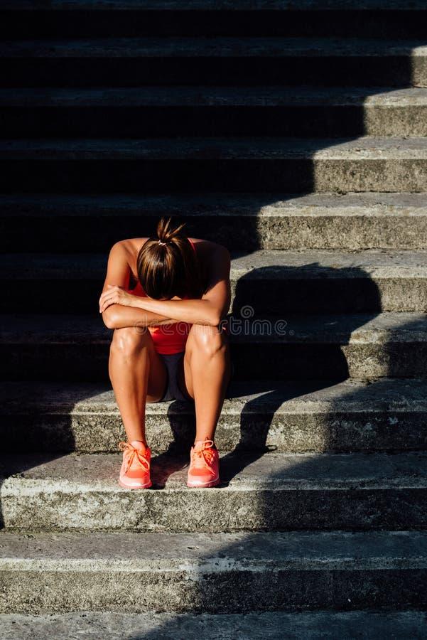 Allenar in modo eccessivoe di sofferenza dell'atleta femminile immagini stock libere da diritti