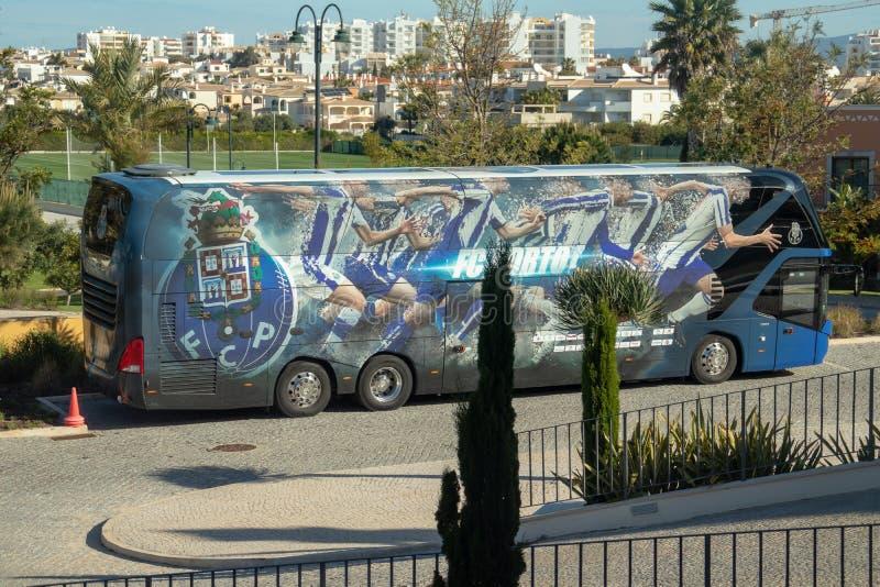 Allenatore del club di calcio di Oporto parcheggiato fuori del complesso dell'hotel di Cascada in cui il gruppo stava preparando fotografia stock