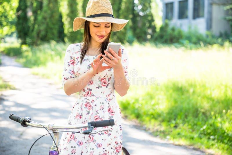 Aller à vélo assez jeune et selfie heureux de fille sur le parc d'été Heureux détendez le temps dans la ville Belle femme, jour e images libres de droits