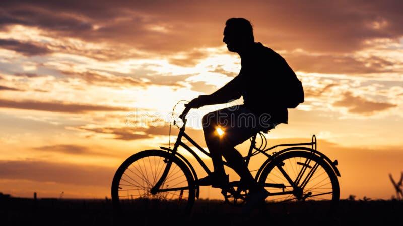 Aller à vélo le soir photo stock