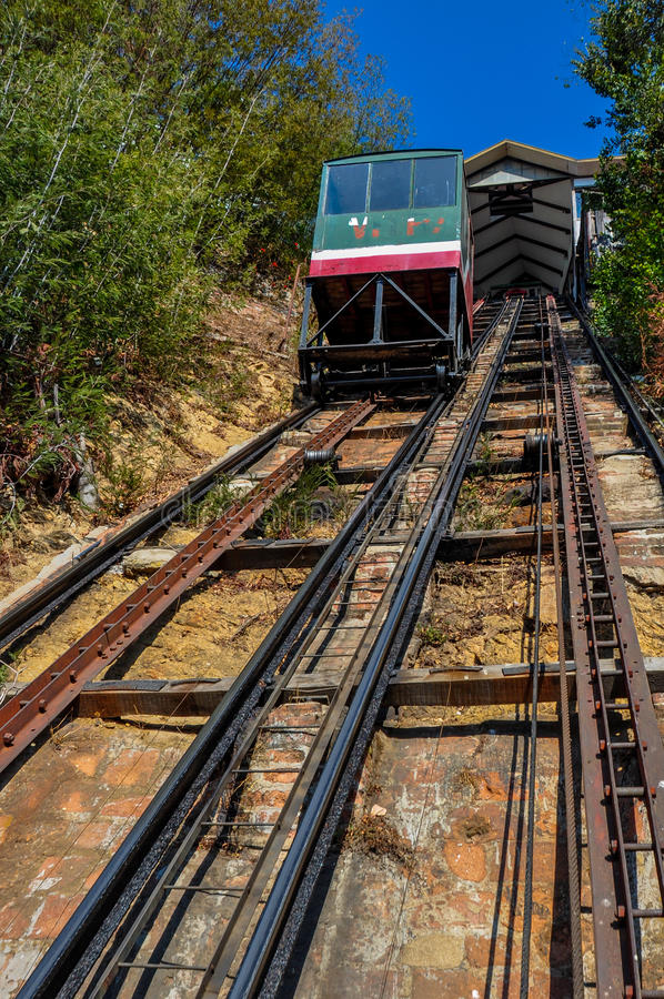 Aller funiculaire à travers les collines de Valparaiso, Chili photo stock