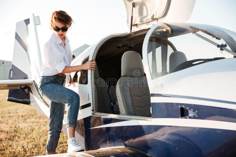 Aller pilote de femme voler dans le petit avion images stock