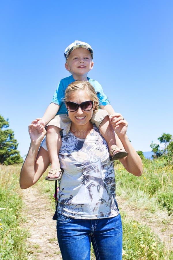 Aller sur une hausse de famille dans les montagnes photos libres de droits