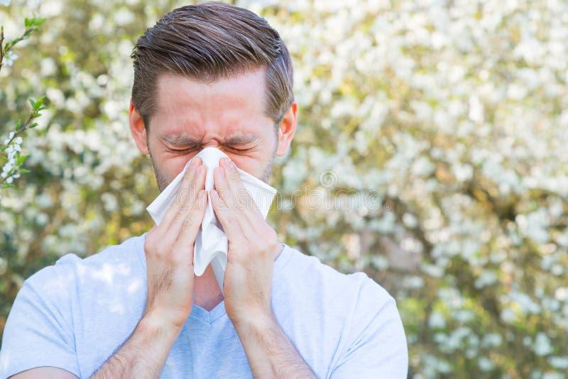 Allergi vår, man arkivfoto