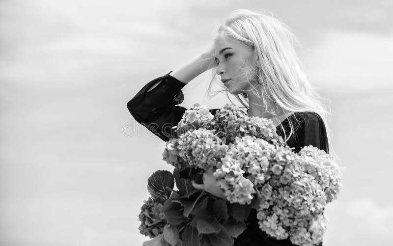 Allergia del polline Fioritura di primavera La femmina adora i fiori Attributi della primavera Goda della molla senza allergia L' immagine stock libera da diritti