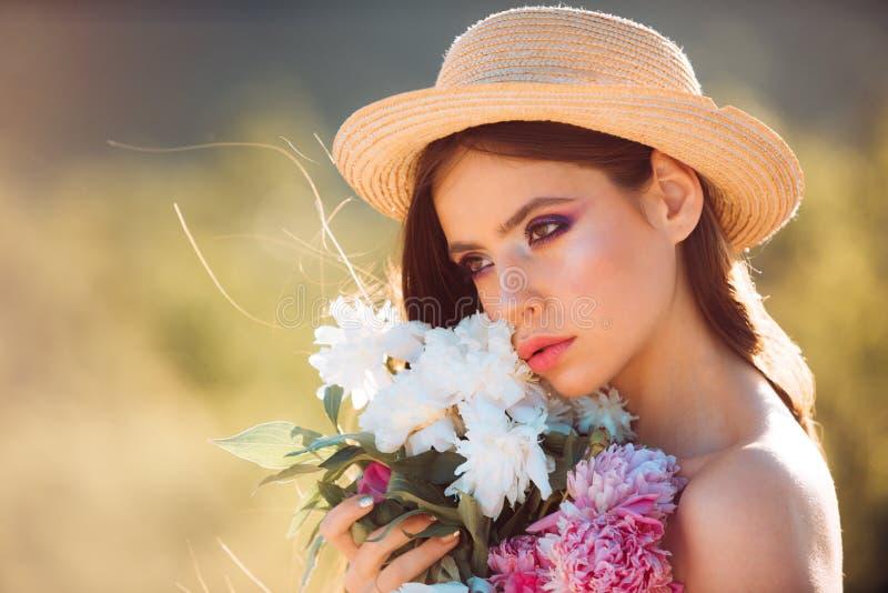Allergia della primavera fronte e skincare viaggio di estate Donna con trucco di modo Fiori Donna della sorgente Primavera e fotografia stock