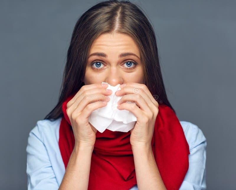 Allergieën of het papieren zakdoekje van de de vrouwenholding van de griepziekte stock afbeeldingen