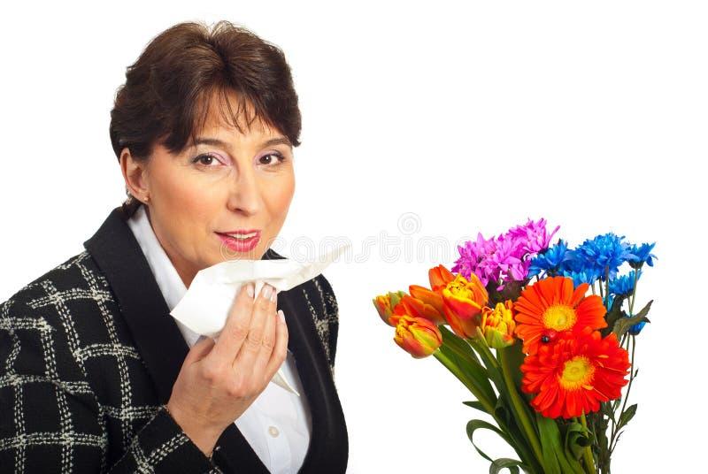 Allergie mûre de femme photographie stock