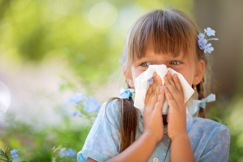 allergin Den ljusa rosa färgen blommar i flickans händer royaltyfri fotografi