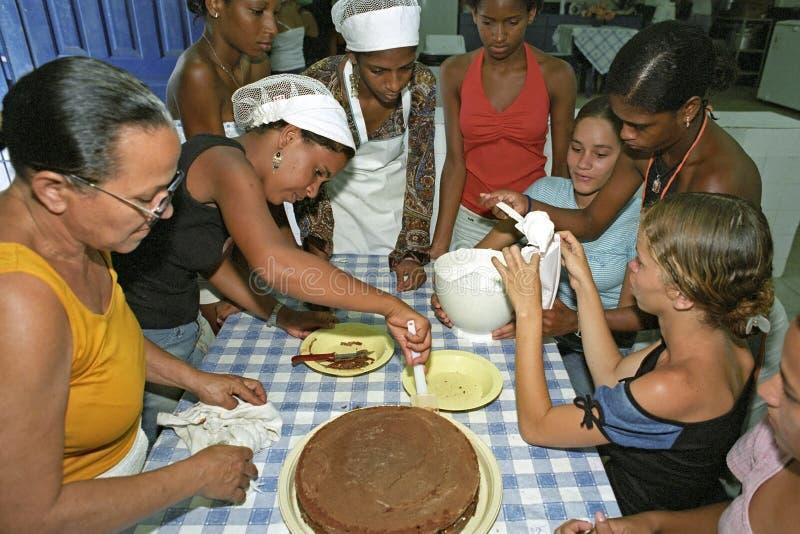 Alles Brasilien backt Torten wie diese jungen brasilianischen Damen stockfotos