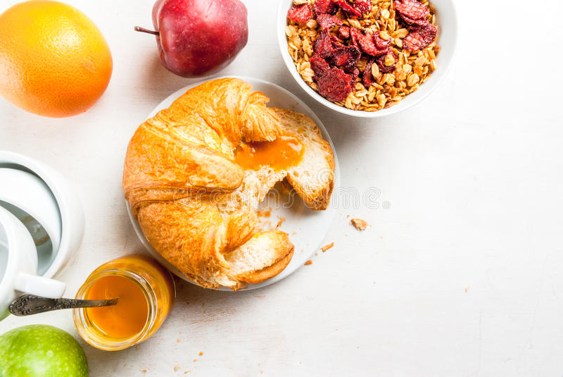 Alles, das Sie zum einfaches und ein gesundes Frühstück benötigen: croissan stockfotografie