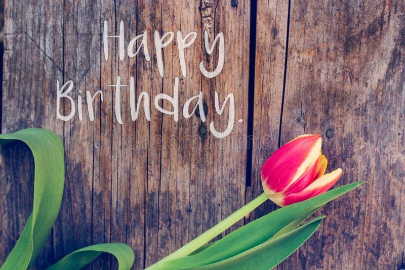 """Alles Gute zum Geburtstag: Anordnung für bunte Tulpen auf einem rustikalen Holztisch, """"Happy Geburtstag stockfotos"""
