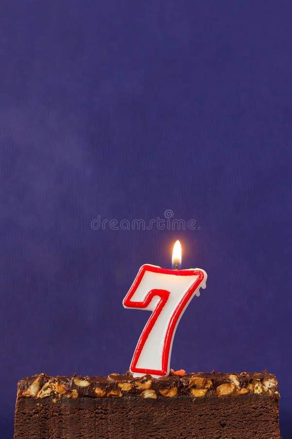 Alles Gute zum Geburtstag Brownie Cake mit Erdn?ssen, gesalzenem Karamell und bunten brennenden Kerzen auf Violet Background Kopi lizenzfreies stockbild