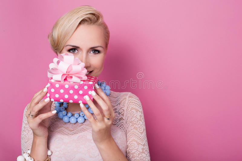 Alles Gute zum Geburtstag Süße Blondine, die kleine Geschenkbox mit Band halten Weiche Farben lizenzfreies stockbild