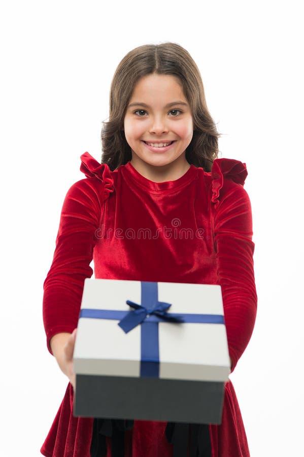 Alles- Gute zum Geburtstaggeschenk kleines Mädchen nach dem Einkauf großer Verkauf im Einkaufszentrum 26. Dezember Kleines Mädche lizenzfreie stockfotografie
