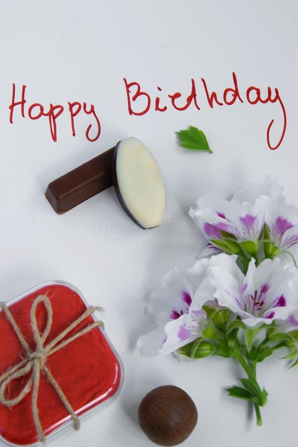 Alles- Gute zum Geburtstaggrußkarte mit Geschenkbox, frischen Blumen und Schokoladen lizenzfreie stockbilder