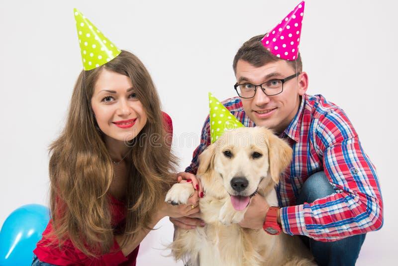 Alles- Gute zum Geburtstaghund mit Leuten im Studio lizenzfreies stockbild