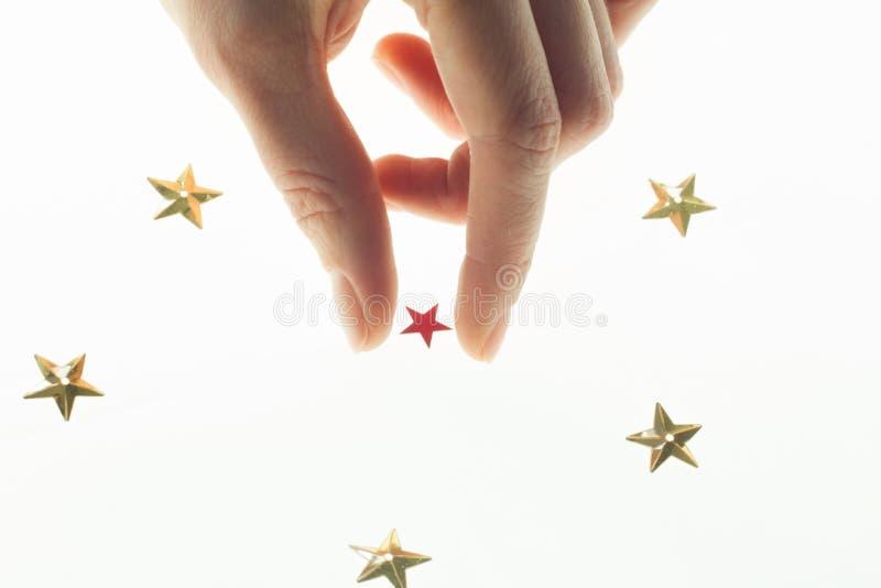 Alles in Ihren Händen und in Sternhand im Himmel nimmt einen Stern stockfotos