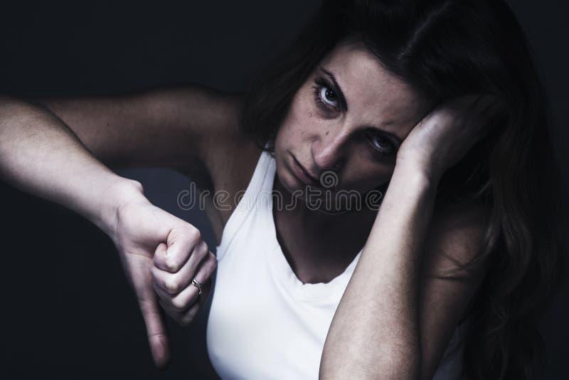 Alles ist falsch Frau, die unten ihren Daumenfinger als Symbol zeigt stockbild