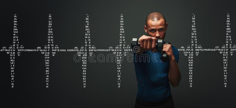 Alles ist möglich Dunkelhäutiger Sportler, der mit Dummköpfen über dunklem Hintergrund ausarbeitet Grafikdiagramm lizenzfreies stockbild