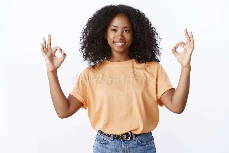 Alles onder controle Portret van zeker geactiveerd aantrekkelijk het glimlachen Afrikaans-Amerikaans jong meisjes krullend kapsel stock afbeeldingen