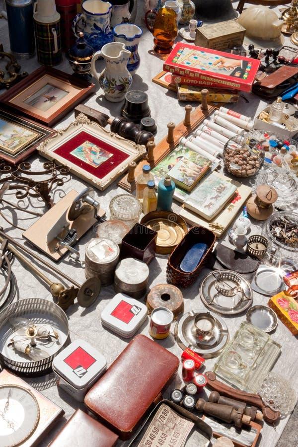 Alles voor verkoop op een vlooienmarkt stock foto's
