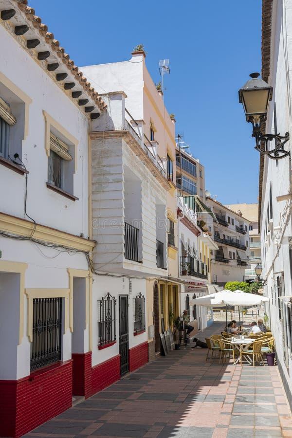 Alley mit Wohngebäuden und Bar Fuengirola Spanien lizenzfreie stockfotografie