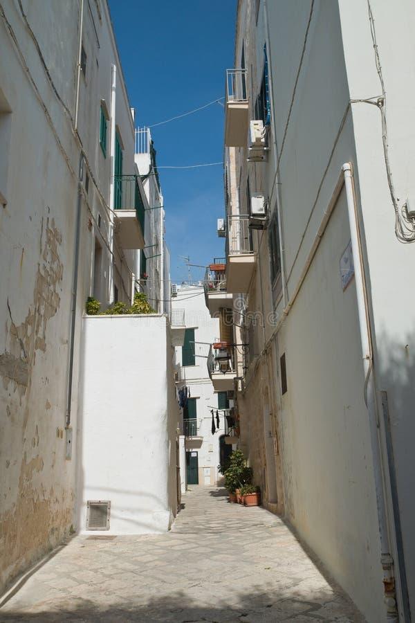 alleyway Monopoli Puglia Italy foto de stock