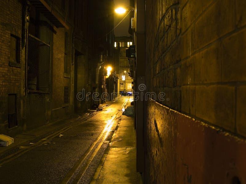 Alleyway scuro spaventoso alla notte immagini stock libere da diritti