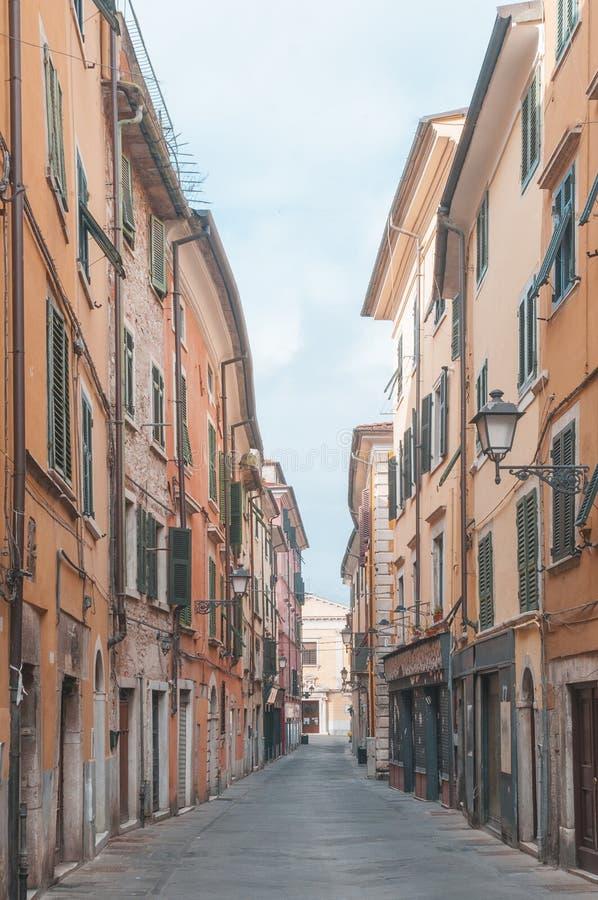 Alleyway w Kararyjskim, miasteczko w Tuscany W?ochy zdjęcia royalty free