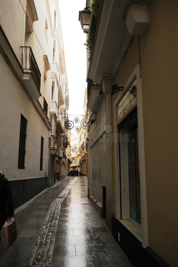 Alleyway z bożonarodzeniowe światła w Cadiz obraz stock