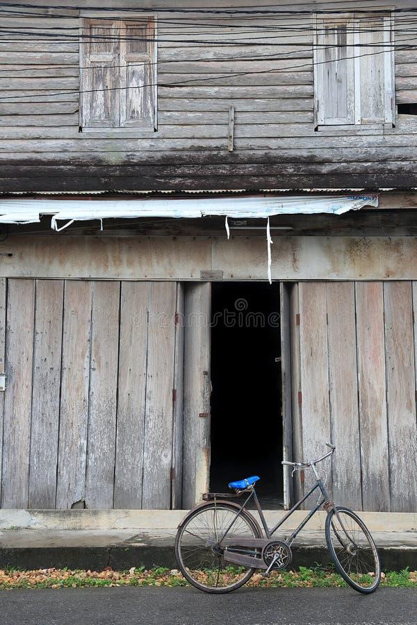 Allez à vélo la vitesse fixe et une vieille maison en bois photos libres de droits