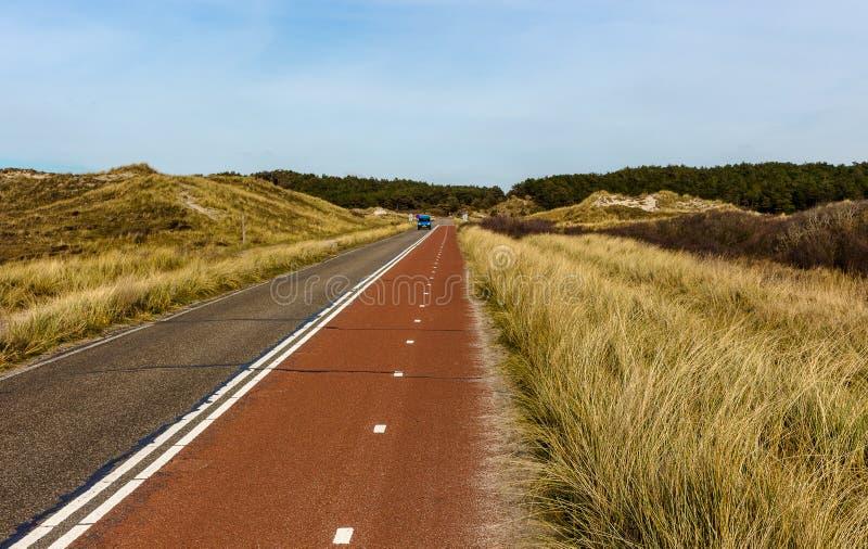Allez à vélo la voie par les dunes en Hollande du nord, près du rivage photos stock