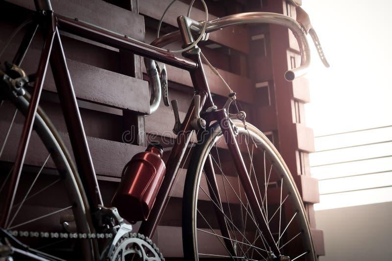 Allez à vélo le penchement contre la barrière de mur dans l'obscurité photos libres de droits