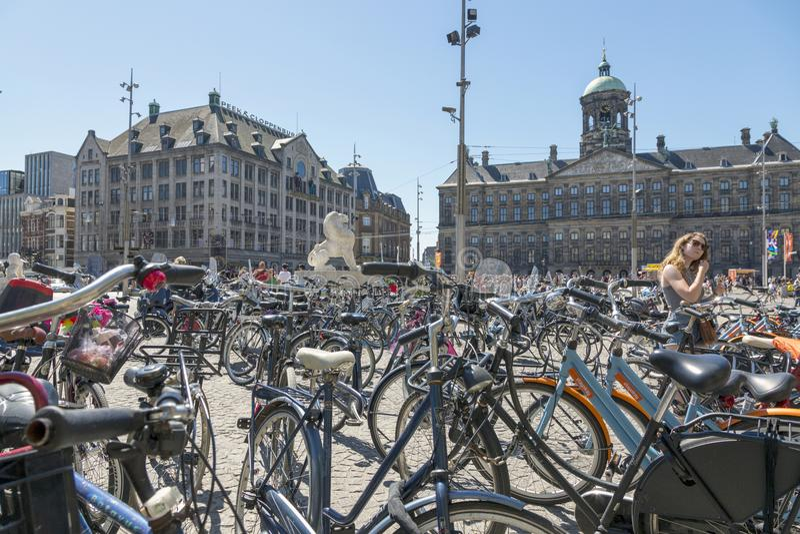 Allez à vélo le stationnement dans la place centrale de barrage à Amsterdam images stock