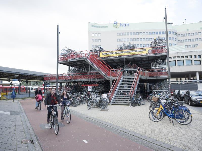 Allez à vélo le stockage à la gare ferroviaire Groningue en Hollandes photos libres de droits