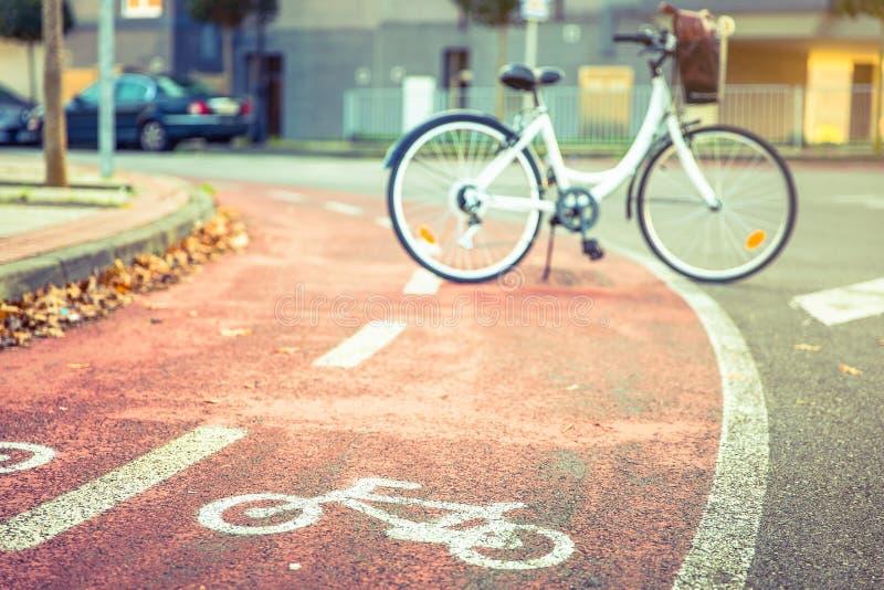 Allez à vélo le symbole de route au-dessus de la ruelle de vélo de rue avec image stock