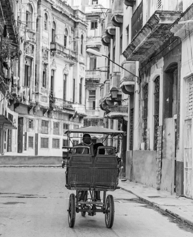 Allez à vélo le taxi de vélo de taxi sur la rue à La Havane, Cuba images libres de droits