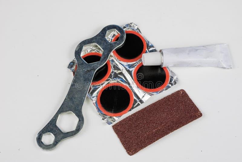 Allez à vélo le tube, la colle et les corrections dans l'atelier Réparation d'un dama photos stock