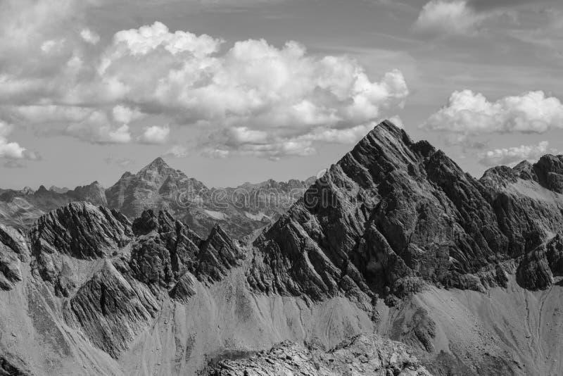 Allgaeu阿尔卑斯的壮观的看法在奥伯斯特多夫,黑白的德国附近的 免版税库存图片
