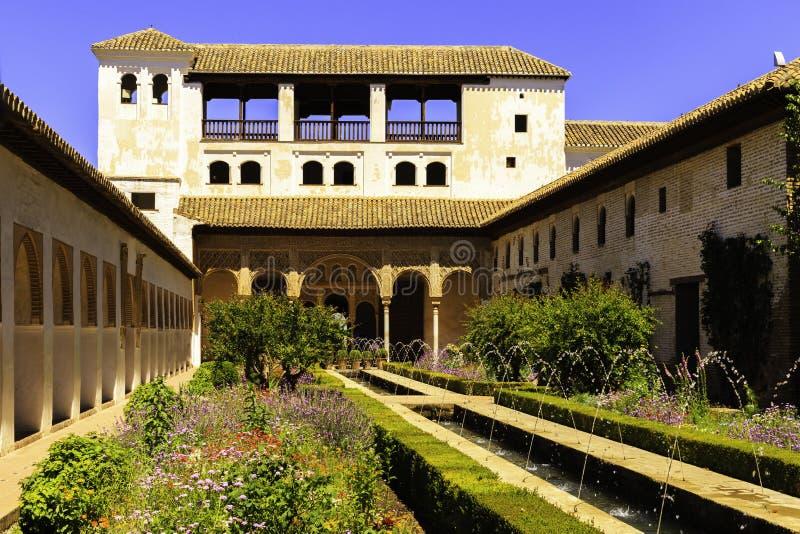 Allgemeine Ansicht des Generalife-Hofes, mit seinem ber?hmten Brunnen und Garten Alhambra de Granada-Komplex lizenzfreie stockbilder