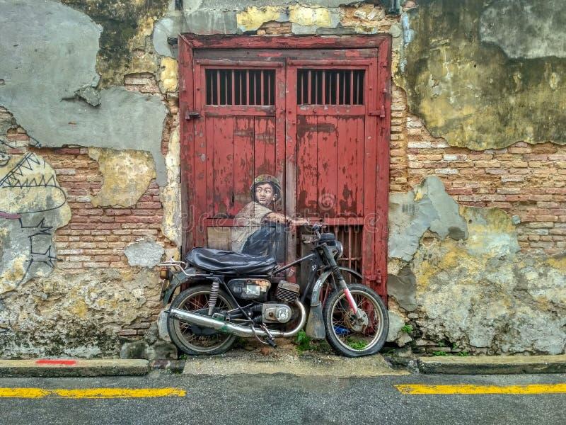 Allgemeine Ansicht eines Wandgemäldes 'Junge auf einem Fahrrad ' stockbilder