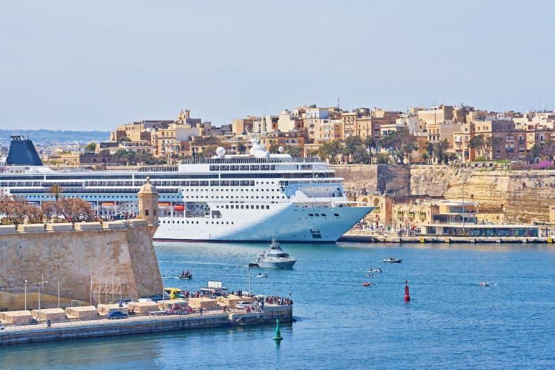 Allgemeine Ansicht großartigen Hafens Vallettas in Malta mit großem Kreuzfahrtschiffschiff in der Seebucht lizenzfreie stockfotos